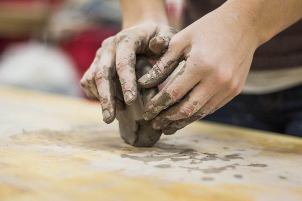main modelant de la terre