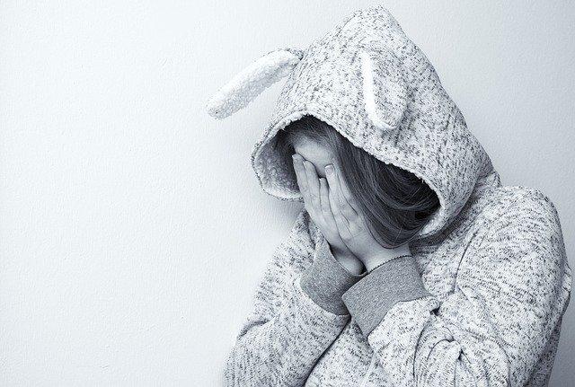 jeune fille avec surpyjama triste