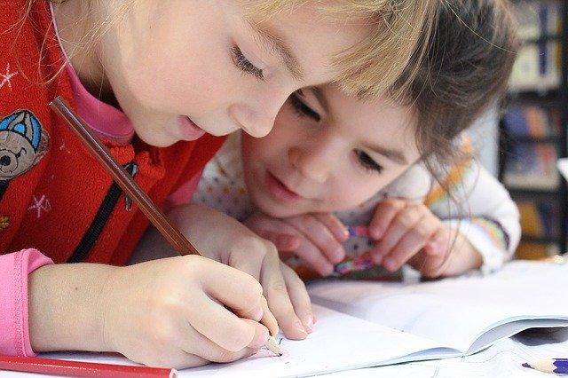 deux enfants dessinant
