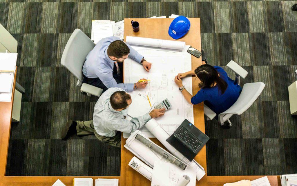 groupes de 3 personne au travail vue de dessus