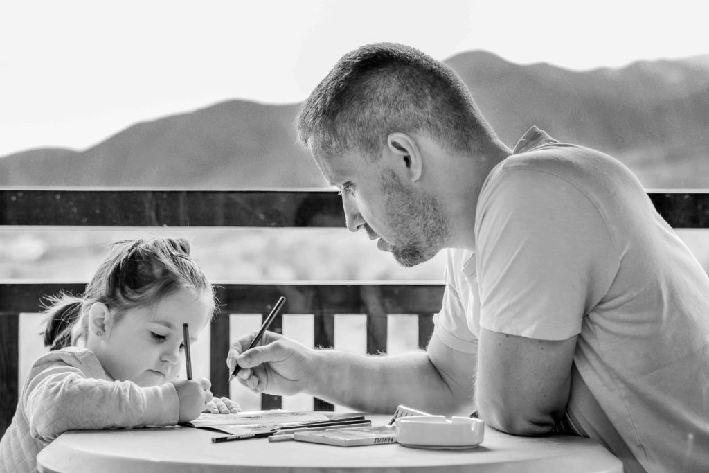 pere et une fille en dessinant