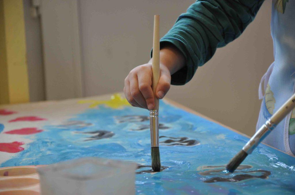 enfant réalisant une activité artistique