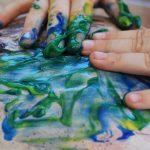 photo de mains dans la peinture